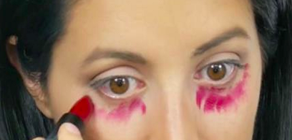 Every-morning-she-spread-red-lipstick-under-her-eyes.-The-reason-BRILLIANT