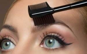 gallery-1431365128-eyebrowbrushcomb