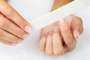 02_File_Simple_Ways_to_strengthen_Finger_nails_174960308_4FR-380x254
