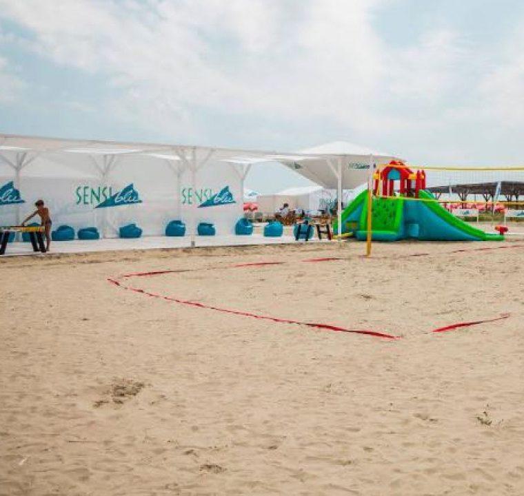 Distracție la superlativ și bronz fără griji pe plaja Sensiblu. Împrietenește-te cu soarele pe plaja Sensiblu